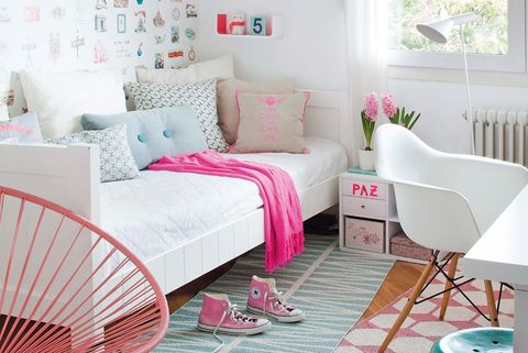 Dormitorio adolescente en blanco y rosa