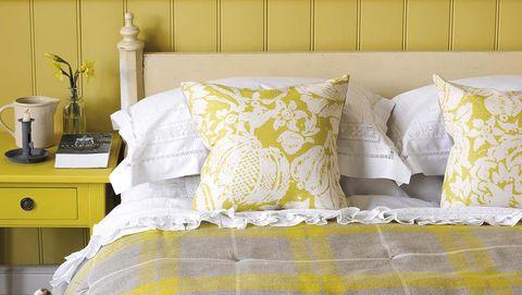Dormitorio en amarillo mostaza y gris