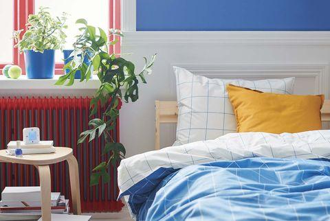 dormitorio en rojo, azul y madera
