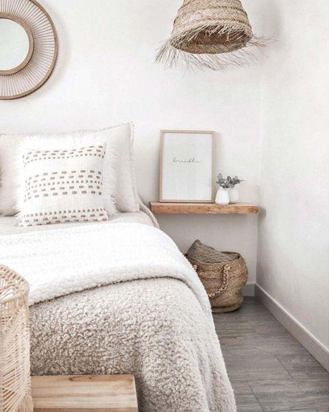 dormitorio estilo boho con mesillas hechas con tablón de madera