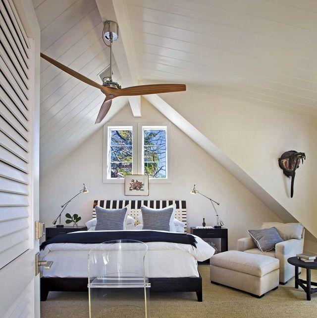 dormitorio abuhardillado con ventilador de techo