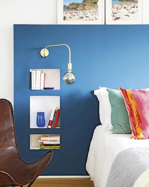 dormitorio con cabecero de obra azul y hornacinas