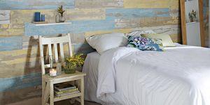 Dormitorio con pared de madera reciclada