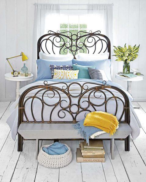 dormitorio con cama de caña