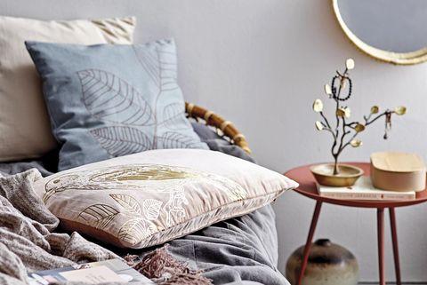 dormitorio con cama de mimbre