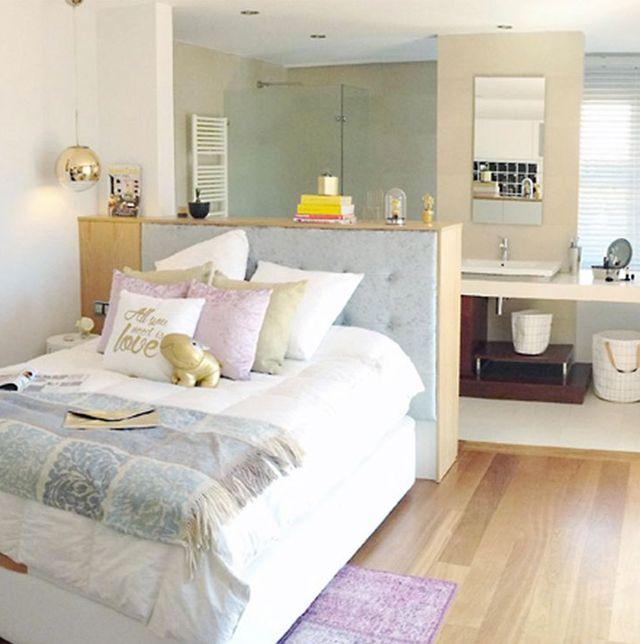 un dormitorio con baño integrado antes y después