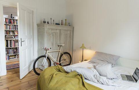 Dormitorio con armario exento