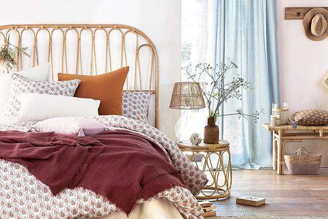 dormitorio con cabecero de caña