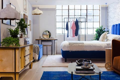 dormitorio con vestidor y zona de estar integrada de diseño moderno