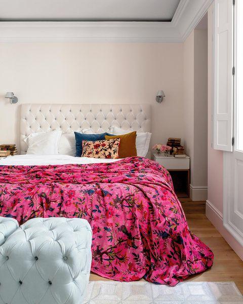 un dormitorio sofisticado en rosa y blanco