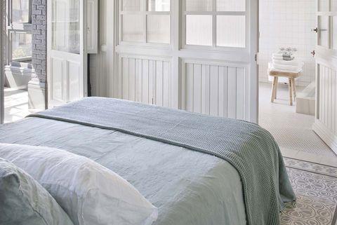 dormitorio clásico actual con baño en suite