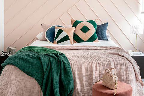 dormitorio femenino rosa con molduras geométricas