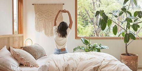 Dormitorio decorado con plantas