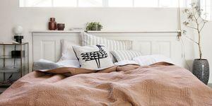 Dormitorio con colcha rosa