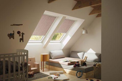 dormitorio infantil abuhardillado con ventanas en el techo