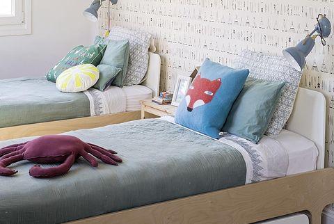 Dormitorio compartido con dos camas con cajones