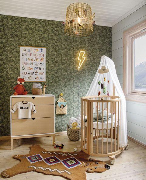 cuarto de bebé con cuna de madera