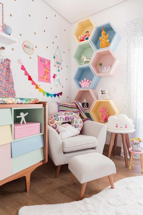 Dormitorio infantil decorado con una estantería en bloques de color