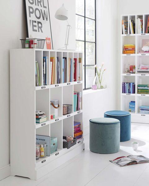 mueble archivador de cuadrícula con marcadores