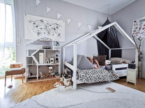 Dormitorio infantil con zona de juegos
