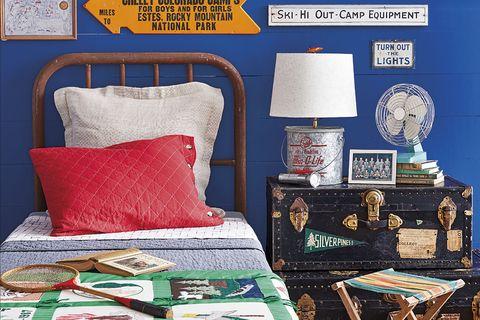 dormitorio juvenil azul con adornos de viajes