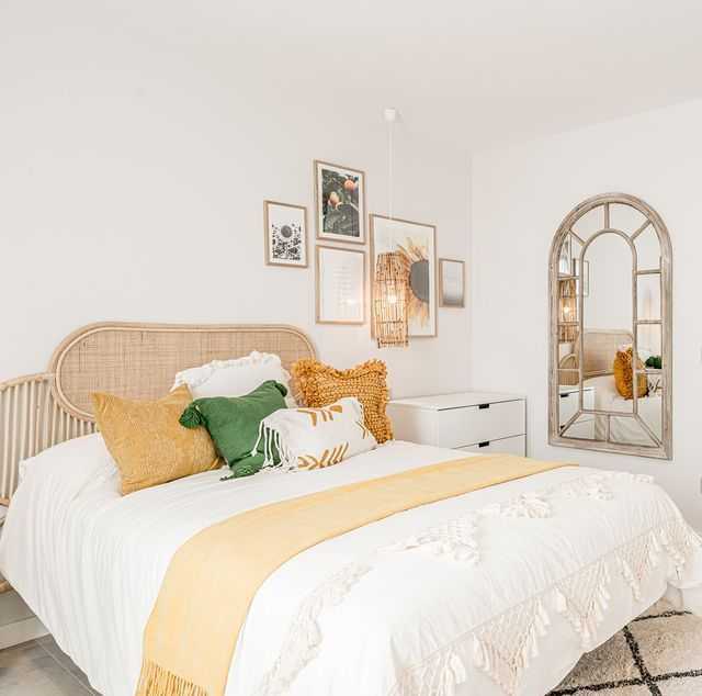 dormitorio juvenil de estilo boho decorado en tonos mostazas y verdes con fibras naturales