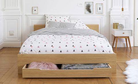 dormitorio decorado en tonos blancos con muebles de madera de estilo nórdico