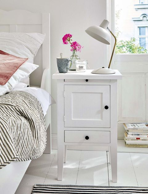 dormitorio con mesilla blanca