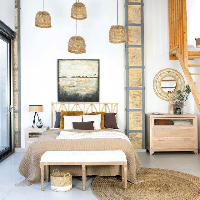 dormitorio grande con muebles de madera y fibra