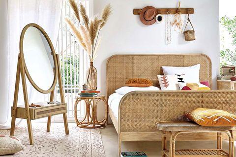 dormitorio con muebles de madera y rejilla