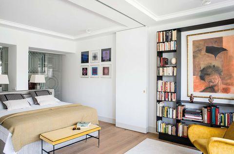 dormitorio con biblioteca