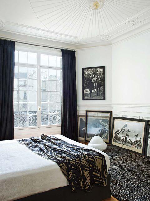 dormitorio con galería de arte