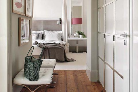 dormitorio con vestidor y baño en suite