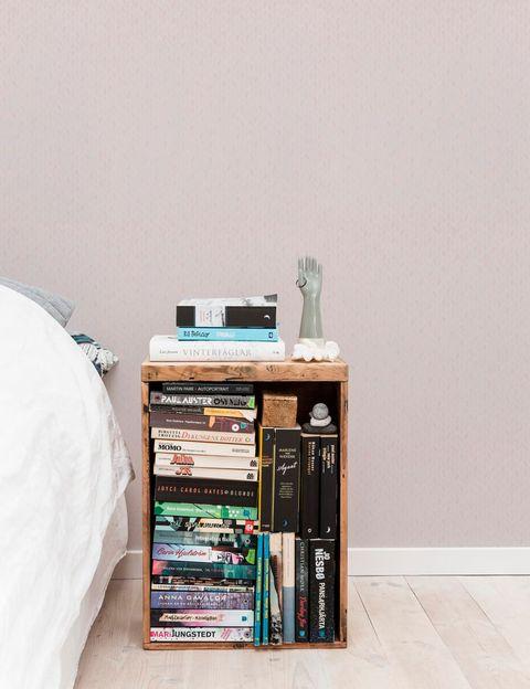 Dormitorio con papel pintado de color nude