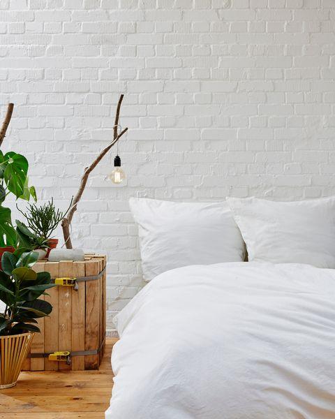 Dormitorio con plantas