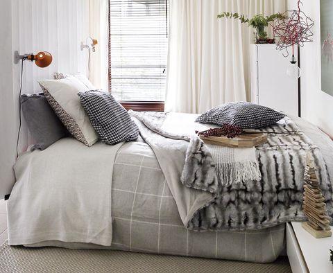 Dormitorio con ropa de cama gris