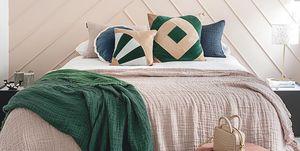 Dormitorio en verde y rosa
