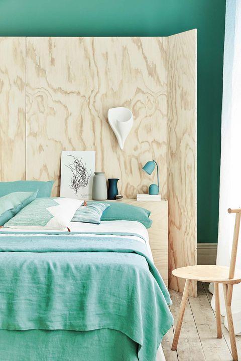dormitorio moderno verde con cabecero de madera