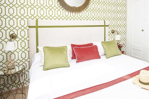 un dormitorio luminoso en blanco y verde