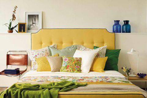 dormitorio con cabecero amarillo