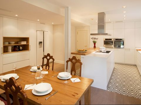 cocina con isla y mesa de madera