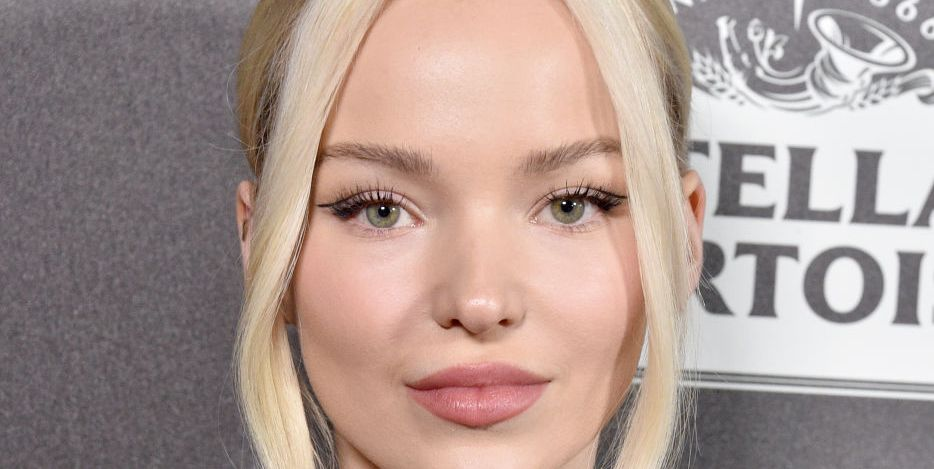 "Dove Cameron Had a ""Public Therapy Session"" While Waiting In Line for the Oscars Red Carpet"