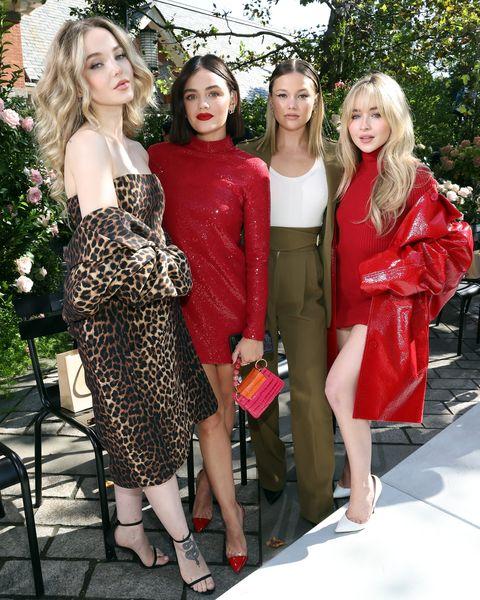 模特兒穿著紅色禮服在秀場拍照