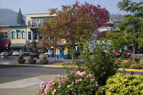 downtown ashland charming small towns