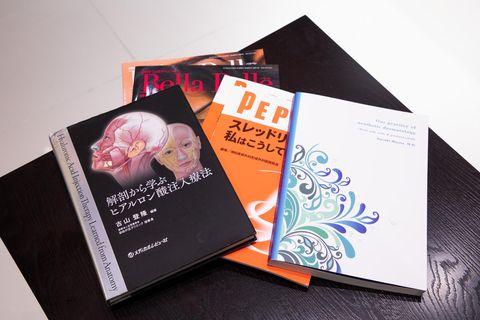 「最新の医学書で気になる書籍はすぐに購入し、常にアンテナを張って勉強を続けています。最近は宮田成章先生編著の『美容皮膚医療 ホントのところ』や、古山登隆先生編著の『解剖から学ぶヒアルロン酸注入療法』の2冊を熟読しています。」