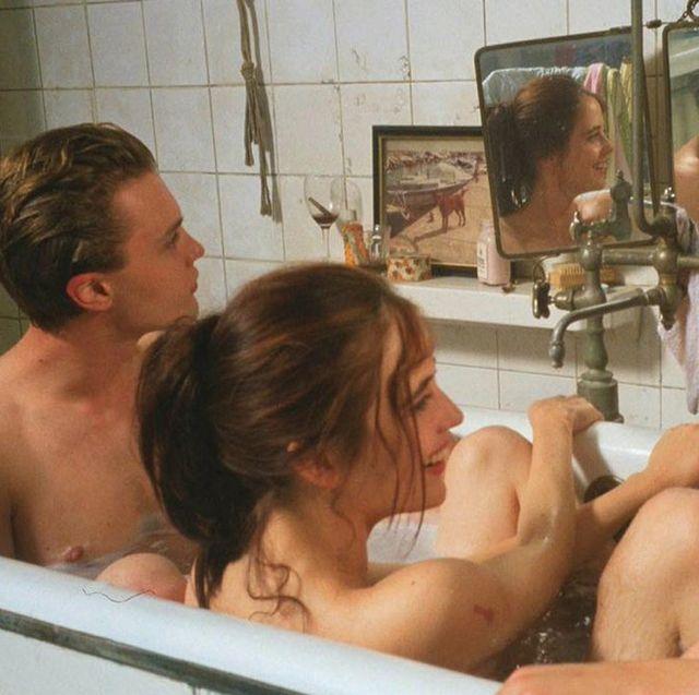 los actores michael pitt,louis garrel yeva green, en la bañera