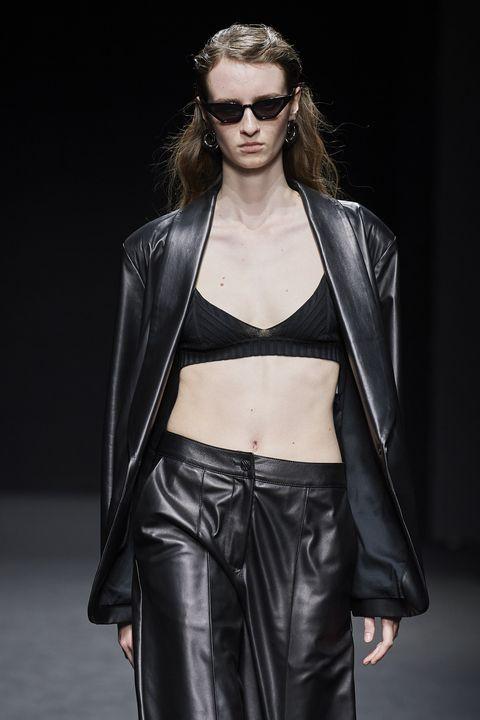 blazer moda 2021, blazer con reggiseno, blazer e reggiseno, cosa mettere sotto il blazer, cosa mettere sotto un tailleur bianco, blazer bras top, blazer e bra outfit