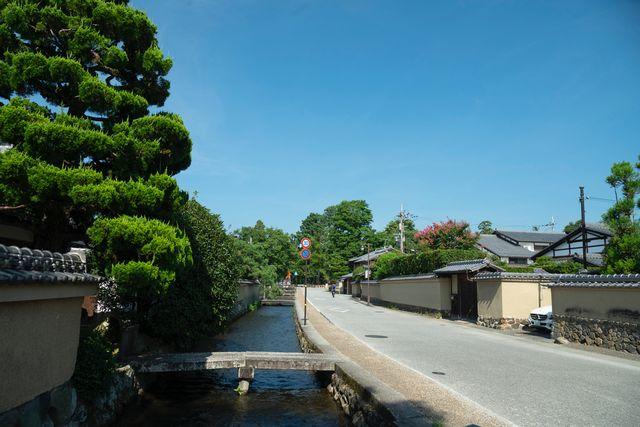 京都・社家町の間を流れる小川