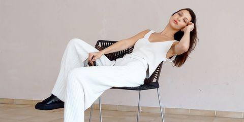 Leg, Shoulder, Human leg, Joint, Sitting, Elbow, Floor, Flooring, Knee, Comfort,