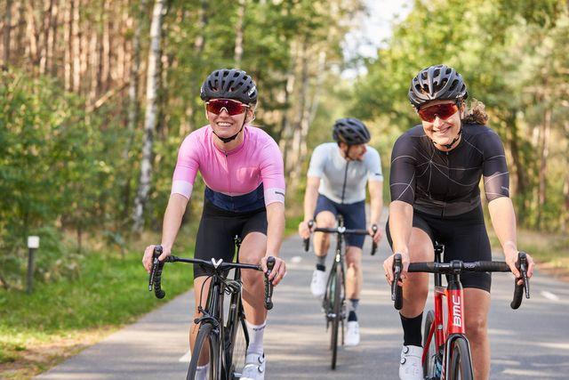 wielrensters glimlachend fietsend